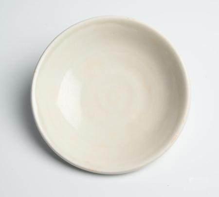 A RARE CHINESE XINGYAO WHITE-WARE DISH TANG DYNASTY (618-907)