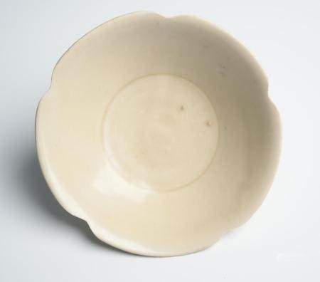 A CHINESE DINGYAO FOLIATE-RIM BOWL FIVE DYNASTIES (907-979) OR NORTHERN SONG DYNASTY (960-1127)