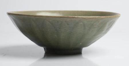 A CHINESE LONGQUAN CELADON LOTUS BOWL MING DYNASTY (1368-1644)