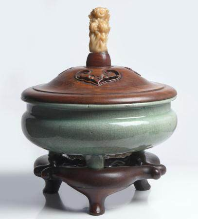 A LARGE CHINESE LONGQUAN CELADON CENSER MING DYNASTY (1368-1644), CIRCA 15TH CENTURY