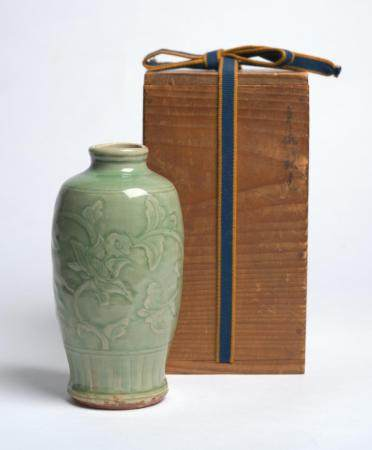 A CHINESE LONGQUAN CARVED CELADON FLOWER VASE MING DYNASTY (1368-1644)