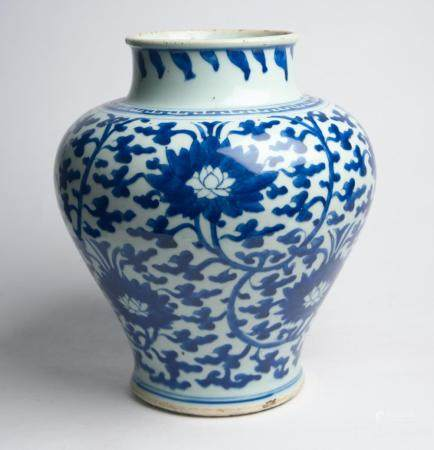 A CHINESE TRANSITIONAL BLUE AND WHITE VASE QING DYNASTY (1644-1912), SECOND HALF 17TH CENTURY