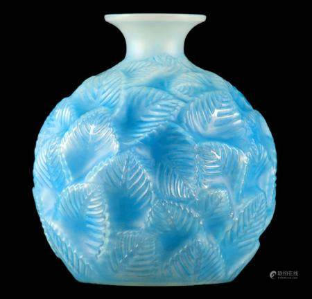 R LALIQUE, AN OPALESCENT AND BLUE STAINED ÔORMEAUXÕ GLASS VASE of globular form covered in leaves
