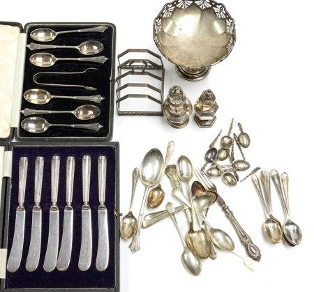 A group of table silver to include: George V five bar toast rack, by H&H, Birmingham, 1935,