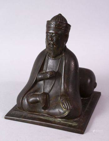 AN 18TH/19TH CENTURY BRONZE SEATED FIGURE OF A SCHOLAR, on a square base, 17cm high.