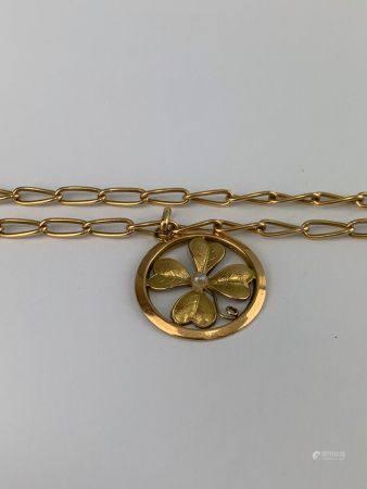 Sautoir en or jaune (750 millièmes) maille gourmette avec son pendentif figurant un trèfle cent