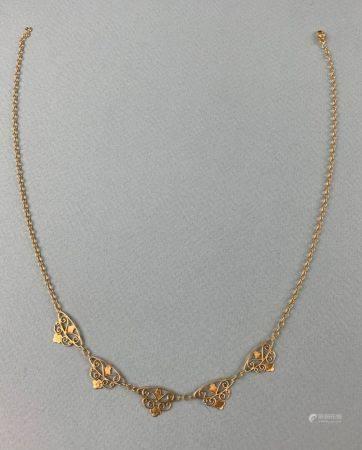 Collier en or jaune (750 millièmes) à maille ronde comprenant cinq élements filigranés L : 45 c
