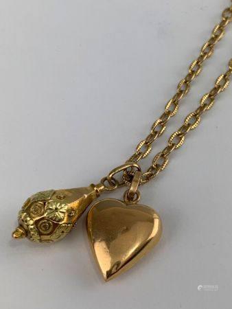 Collier en or jaune (750 millièmes) anneaux guillochés et deux pendentifs figurant un coeur et