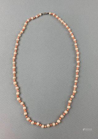 Collier de perles alternant perles de culture et perles de corail peau d'ange, fermoir en or bl