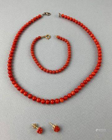 Ensemble de bijoux en corail comprenant un bracelet fermoir or jaune (750 millièmes)et un colli