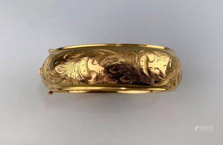 Bracelet jonc articulé en or jaune (750 millièmes) gravé de motif végétaux Poids : 31 g.