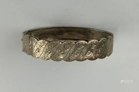 Bracelet manchette articulé en argent (925 millièmes) gravé de décor végétaux  Poids : 13.8 g.