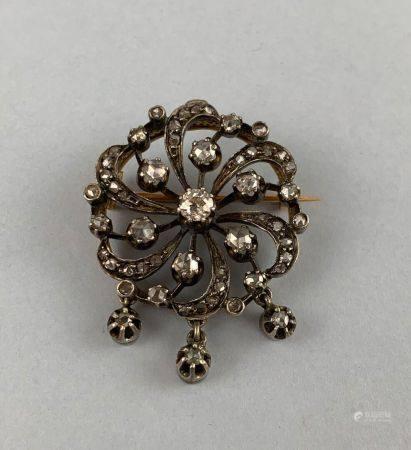 Broche fleur en or jaune (750 millièmes) et argent pouvant former pendentif sertie d'un diamant