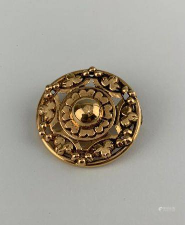 Broche en or jaune (750 millièmes) figurant un motif de cabochon central dans un entourage de v