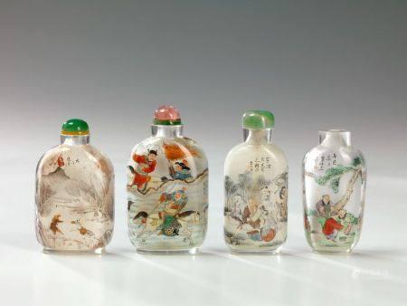 Quatre tabatières en verre peintes à l'intéri Chine La première à décor d'un homme et sa mul