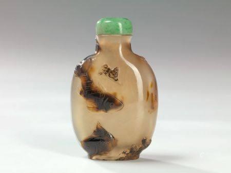 Tabatière en agate  Chine, début du XXème siècle Sculptée de carpes à la façon des camés en uti