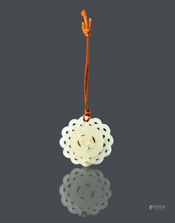 Petit pendentif en jade céladon pâle Chine, fin du XIXème, début du XXème siècle  Circulaire, s
