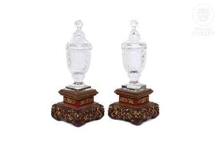 Dos jarrones de cristal con peanas chinas de madera.