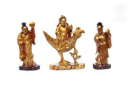 Tres esculturas en madera dorada, representan deidades.