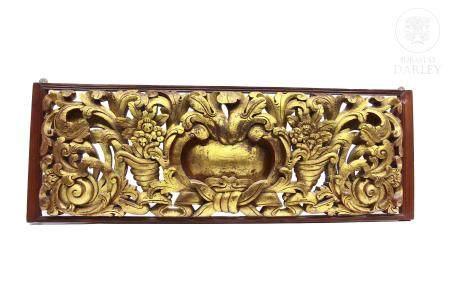 Gran dintel de madera tallada.
