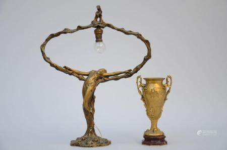 Lot: a gilt bronze lamp by Meliodon (52 x 41 cm) and an art nouveau vase in bronze by Barbedien
