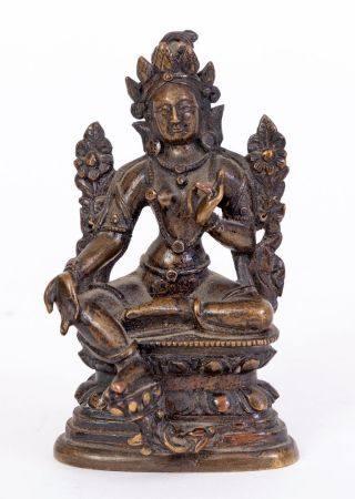 Chine, XVIIIe sièclePetite statue en bronze à patine foncée représentant une Tara verte assise