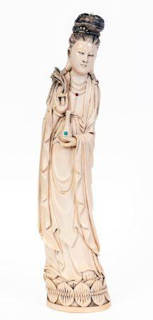 Chine, XIXe siècleSculpture en ivoire représentant une dame de cour debout sur une double fl