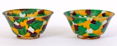 Chine, époque Kangxi (1662-1722)Paire de bols en porcelaine en émaux Sancai, marqués.Ancienne é