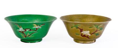 """Chine, époque Kangxi (1662-1722)Deux grands bols """"Brinjal"""" formant une presque paire en porcela"""