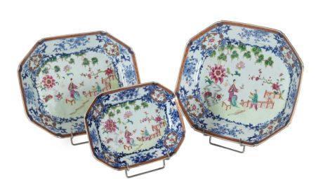 Chine, époque Qianlong (1736-1795)Série de trois plats octogonaux en porcelaine à décor de la f
