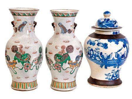 Chine, XIXe sièclePaire de vases en porcelaine craquelée de Nankin à décor en émaux de la famil