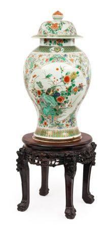 Chine, XIXe siècleImportante potiche couverte en porcelaine à décor en émaux de la famille vert