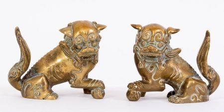 Chine, XIXe sièclePaire de Chiens de Fô en bronze doré, représentés assis la patte droite sur u