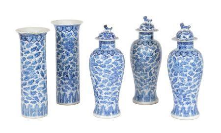 Chine, XIXe siècleGarniture cinq pièces comprenant deux vases cornets et trois vases couverts e