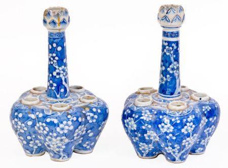 Chine, XIXe sièclePaire de tulipiers en porcelaine à décor en émaux bleu-blanc de prunusH: 25,