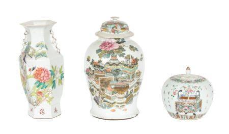 Chine, XIXe siècleLot comprenant un vase hexagonal et deux potiches en porcelaine à décor en ém