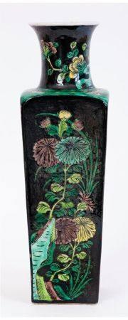 Chine, XIXe siècleVase quadrangulaire en porcelaine à décor en émaux de la famille noire de vé