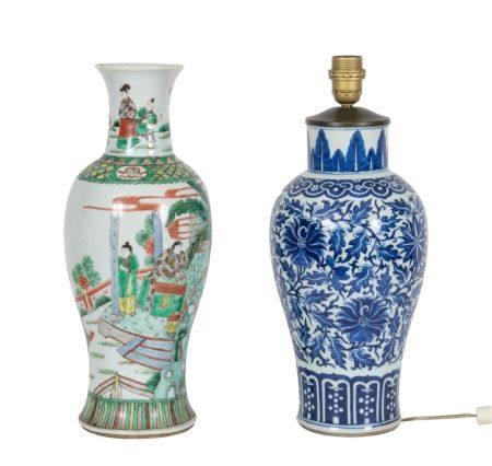 Chine, XIXe siècleLot de deux vases en porcelaine, l'un à décor en émaux de la famille verte d'