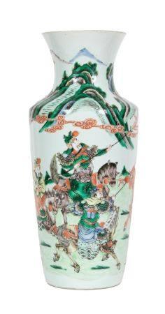 Chine, fin XIXe siècleVase balustre en porcelaine à décor en émaux de la famille verte de guerr