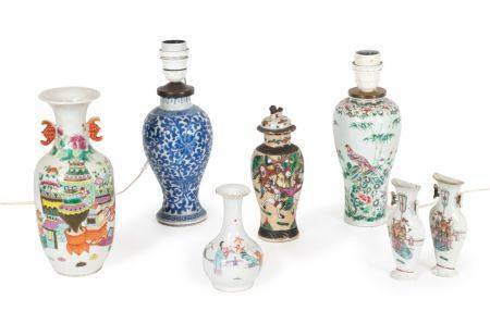 Chine, XIXe siècleLot comprenant:- une paire de vases muraux en porcelaine à décor en émaux pol