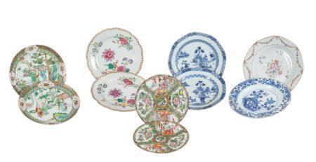 Chine, période Qing (1644-1912)Lot comprenant:- une paire d'assiettes en porcelaine de Canton,