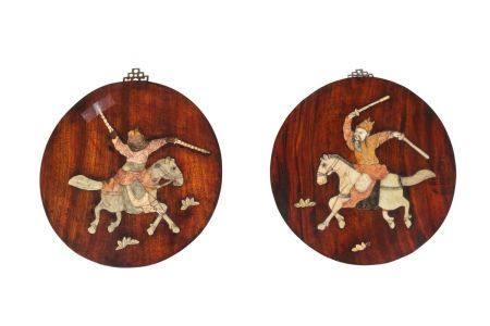 Chine, XIXe sièclePaire de panneaux en bois incrustés de pierres de lard à décor de guerriers à