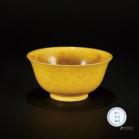 清 康熙黃釉花卉紋碗