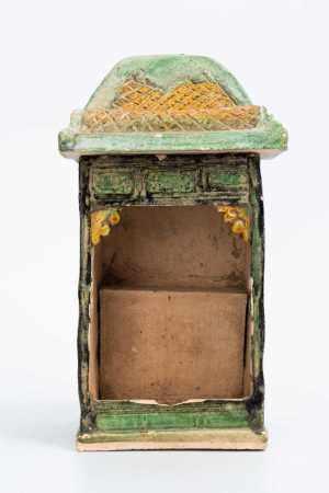 EARLY QING DYNASTY TRI-COLOURED BUDDHIST ALTAR
