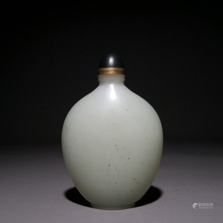 A CHINESE HETIAN JADE SNUFF BOTTLE