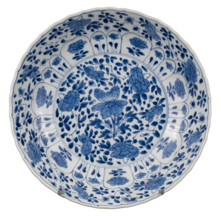 FINE CHINESE BLUE AND WHITE LOBED PORCELAIN DISH, KANGXI PERIOD, 18th CENTURY