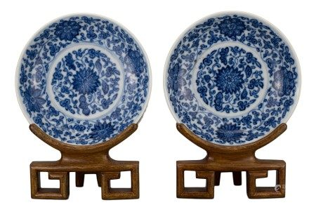PAIR OF CHINESE BLUE AND WHITE PORCELAIN DISHES, 18/19th CENTURY