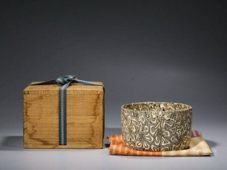 A PATTERNED-GLAZED PORCELAIN BOWL WITH WOOD BOX