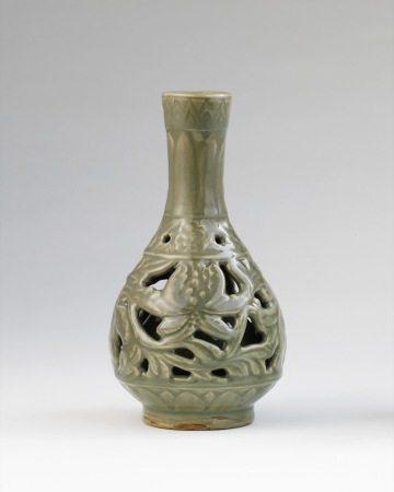 明 龙泉窑镂空胆瓶