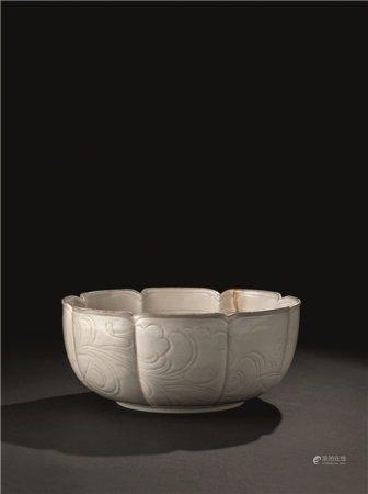 宋代(960-1279) 定窑刻花纹花口大钵